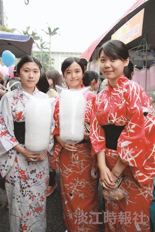 女同學身穿和服,在日文系系慶結束後,也來逛園遊會。