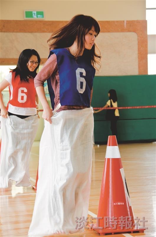 同學們在趣味競賽中,展現出團結一心的精神。(攝影/羅廣群)