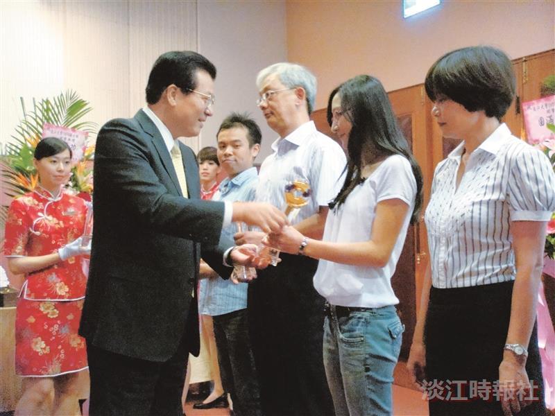 學術副校長虞國興(左二)頒發學業獎給成績優異的學生,並期勉能更加努力。(圖/商管聯合碩士在職專班提供)