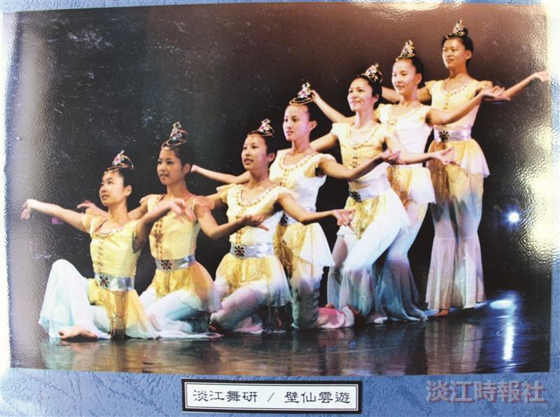 舞研社參加民國92年第25屆全國大學校院舞蹈觀摩展,表演民族舞「壁仙雲遊」。(圖/舞研社提供)