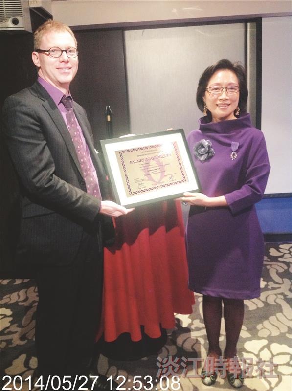 法國教育榮譽騎士勳位 法文系系主任楊淑娟