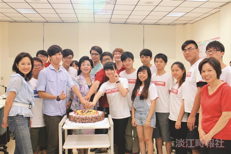 3社團獲全國獎 張校長同切蛋糕慶賀
