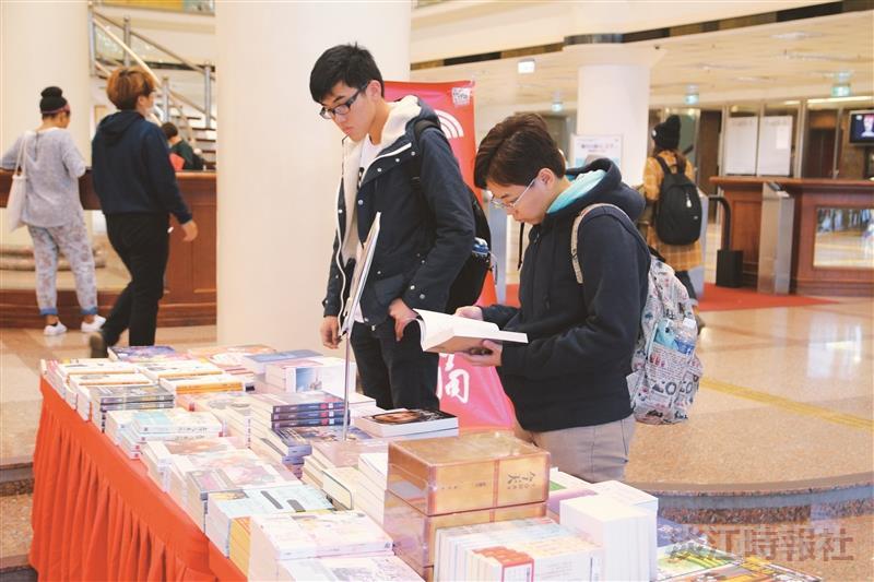 圖書館大廳書展搶購 英文各類書籍熱門