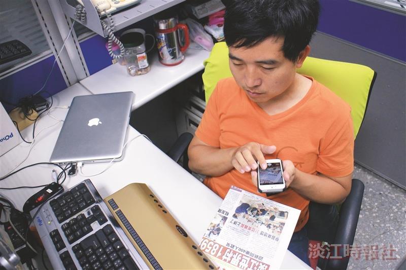 視障資源中心工程師張金順示範語音隨身助理APP,將淡江時報報導以攝影鏡頭轉化為語音服務。(圖/本報資料照)