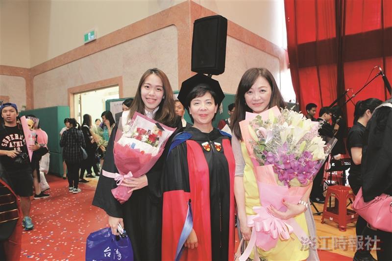 大傳系校友劉麗惠來校賀孩子畢業
