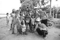 李青芳(右前一)去年前往柬埔寨,擔任服務學習團隊長,柬埔寨孩童純真的笑顏,讓他難忘。(照片�李青芳提供)