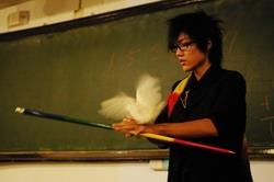 魔術社迎新時,前任社長資訊三張維甫突然間從衣服中變出鴿子,令同學們嘖嘖稱奇。(攝影�王文彥)