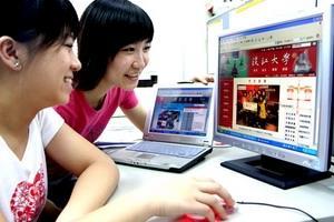 本校新版首頁於3月7日上線,同學爭相先睹為快。(圖�涂嘉翔)
