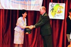 本校日前成為全世界第一所安全校園之大學,校長張家宜自WHO國際安全學校委員會主席Mr. Max L. Vosskuhler手中接過受證獎牌。(攝影�黃士航)