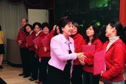 26日,校長張家宜頒獎給QCC競賽獲首獎的「文革圈」。(攝影�陳怡菁)