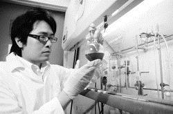 化學系博士生陳威宏經常在實驗室一待就是10多個小時,一次一次不斷地實驗,因此獲得不斐的研究成果,並從中發現樂趣。(圖�洪翎凱)