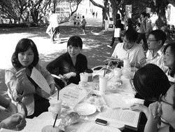 98年10月28日由教心所教授柯志恩(左一)帶領學生進行學習診斷輔導課程戶外教學。(圖�教心所提供)