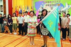 On July 1, President Chang gave the flag to Dr Lee Pei-wha, Director, Office of International Exchanges and International Education, wishing the Junior Abroad program participants a fruitful journey.