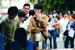 本校18日舉辦就業博覽會,吸引大批畢業生回校面試。(攝影�劉瀚之)