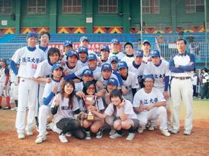 本校奪下全國大專院校棒球聯賽亞軍,高興地與獎盃合影。