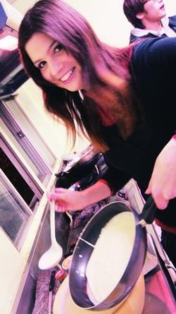 法籍助理Fanny Scarulli示範煎餅。(攝影�陳怡菁)