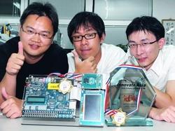 電機系李世安(左一)、碩一江慶京(右一)、余家潤(中),奪得「2008年Altera亞洲創新設計大賽」冠軍。(攝影�劉瀚之)