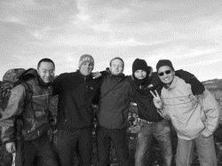英文四黃世銘(左)以交換生身分在日本國際教養大學學習,利用假期和國外朋友登富士山欣賞日出,體驗異國之旅。(圖�黃世銘提供)