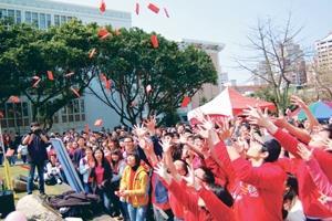 課外組上週三舉辦「紅包快閃」活動,同學個個伸長手,準備搶紅包。(攝影�陳振堂)