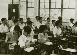 民國52年,學生穿著制服在宮燈教室上課,和現今同學上課的情景大不同。