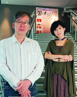 建築系副教授黃瑞茂(左),及本校文錙藝術中心策展人楊靜宜(右),獲選為淡水最具特色藝文創作者。(攝影�王文彥)