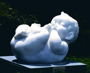 知名雕塑家王秀杞的作品「小天使」,將嬰兒天真無邪的景象,表現圓滿柔韌質感,活潑生動的姿態,讓人不禁莞爾。(圖�文錙藝術中心提供)