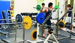 體育館重量訓練室(SG323)設有跑步機、交叉訓練器、腰部旋轉機、腿機等共18種重量訓練器材。