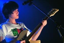 由校友姚浚民擔任主唱的旺福樂團,和學弟妹互動熱烈。(攝影�黃士航)