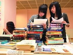 二手書拍賣會吸引同學撿好康。圖為同學統計販售的書目。(攝影�劉瀚之)
