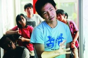 日本知名建築師塚本由晴在為期4天的工作營中為學生評論作品,同學聚精會神領悟中。(攝影�洪翎凱)