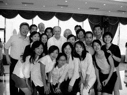 2005年9月,經濟系邀請2004諾貝爾經濟學獎得主愛德華•普列斯卡(Edward C. Prescott ,第2排左3)蒞校演講「Overcoming Barriers to Riches」,拓展同學國際視野的高度。圖為愛德華•普列斯卡與本校師生合照。
