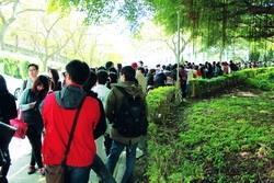 17日至19日,學生會連續三天於商館前販售「忘春瘋」演唱會門票,由於每天限量600張,買票人潮天天大排長龍。(攝影�吳佳玲)