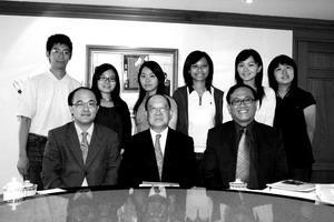 張創辦人與6位學子、未來所所長陳建甫及未來所助理教授紀舜傑合影。(涂嘉翔攝)