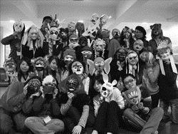 97年3月23日教心所學生參加表達性藝術治療國際研討會會後工作坊,利用自己製作面具的過程中學習心理療法。(圖�教心所提供)