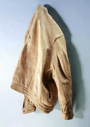 木雕藝術家賴冬信的作品--「昔衣」,衣服皺摺十分逼真,栩栩如生,精湛的刀法讓人讚嘆。(圖�文錙藝術中心提供)