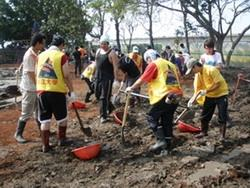 本校學生在屏東羌園國小的操場清理泥土,以協助該校學生能順利開學。(圖�課外組提供)