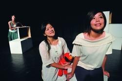 「老蠶遊記」由三個少女分別飾演不同階段的女主角,觀照自己的過去。(攝影�洪翎凱)