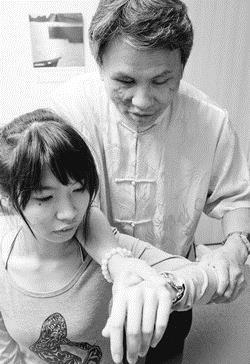 中華文化氣功學會創辦人施清文(右)以氣功服務大眾。(攝影�曾煥元)
