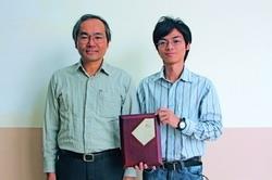化材系碩一林承澤(右)參加台灣化工學會程序設計競賽,獲得全國冠軍,高興地拿著獎牌與指導教授陳錫仁(左)合照(攝影�王家宜)。