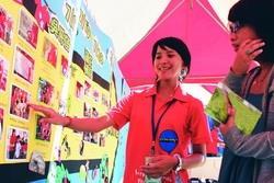 柬埔寨志工服務隊,在海報街分享服務成果並解說展出內容。(攝影�曾煥元)