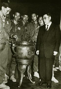 民國50年代,本校參加全國青年盃及全省大專籃賽,所向披靡,獲得高及半身的冠軍獎盃。