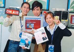 教科系大四學生周登輝(左)、謝岳謀(中)、吳紓雨(右)製作的畢業作品,受到信義威秀影城青睞並簽約合作。(攝影�黃士航)