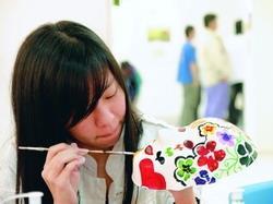 在上週舉辦的「陽光、大地、愛」主題輔導週,學生藉由專注繪畫面具,獲得藝術治療。(攝影�劉瀚之)
