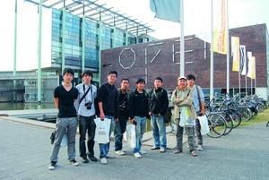 建築系副教授康旻杰(右二)率領獲獎學生等,參加鹿特丹建築雙年展,在荷蘭建築協會前合影。(圖�陳鏞宇提供)