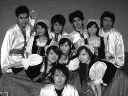 屏東科技大學於2006年舉辦的「台、印、俄師資交流計畫」成果發表會,特別邀請本校10位俄文系同學表演俄羅斯民族舞。(本報資料照片)