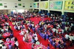 資工系七日在體育館席開百桌招待系友,場面浩大。(攝影�吳佳玲)