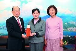 中文系退休教師申時方(右)及其姊姊申時元(中)拜會創辦人張建邦(左),並捐贈百萬設立獎學基金。(攝影�吳佳玲)