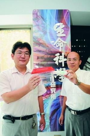 生科所所長王三郎(右)及副教授陳曜鴻(左),分別發現全新菌種TKU015,及基因突變的斑馬魚,是生科界的創新。(攝影�洪翎凱)