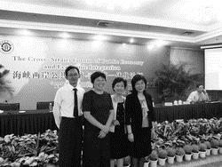 經濟系系主任莊希豐(左三)與副教授林金源(左一)、教授廖慧珠(左二)、教授江莉莉(右一)等3位老師赴大陸西南財經大學出席兩岸研討會,增進學術交流。
