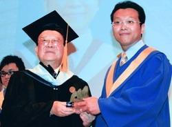 創辦人張建邦頒發傑出獎給政經系畢業生王仁成,表揚其在校的優異表現。(攝影�嘉翔)